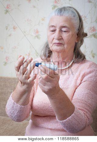Woman makes testing high blood sugar.