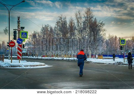 people cross the road winter road Northern town