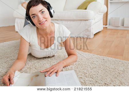 Frau mit einem Magazin einige Musik genießen