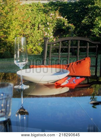Elegant outdoor dining. A stylish place setting at an elegant outdoor dinner party. Dining al fresco concept.
