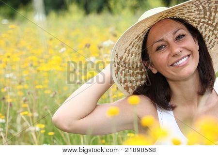 Kobieta w pola pełne kwiatów