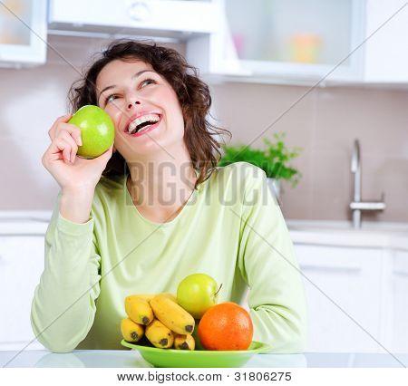 Diät Konzept. gesunde Ernährung .diet. lachend junge Frau isst frisches Obst