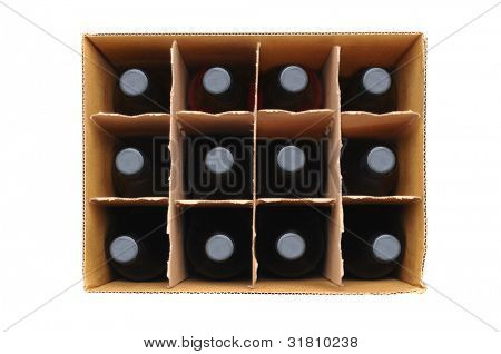 Vista aérea de una caja de doce botellas de vino tinto sobre un fondo blanco.