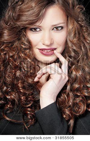 Portrait of young beautiful Woman mit lange lockiges Volumen Haare