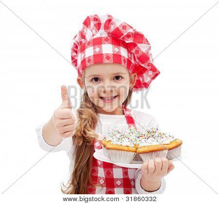 Mijn eerste muffins zijn klaar - meisje met chef-kok hoed en cookies, geïsoleerd