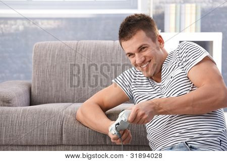 College-Student Spiel Video zu Hause im Wohnzimmer, Spaß, Lächeln.