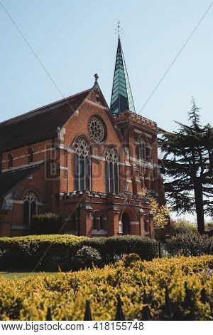 Staines-upon-thames, Spelthorne  | Uk -  2021.04.24: St Peter's Church On The Embankment Of The Tham