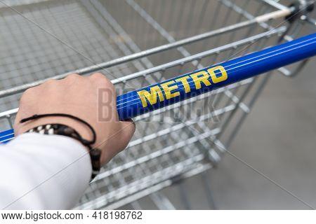 Tyumen, Russia-april 21, 2021: Metro Shopping Cart Logo, Of A Supermarket. Metro Cash And Carry