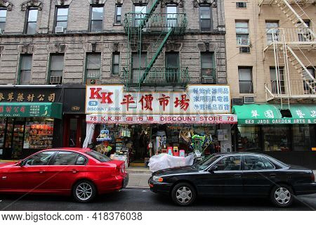 New York, Usa - July 1, 2013: Street View Of Chinatown In New York. Nyc Chinatown Has An Estimated P