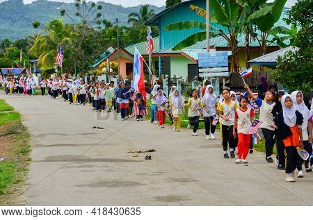 Keningau,sabah,malaysia-aug 29,2014:school Students With Malaysian And Sabah Flags Marched During Th