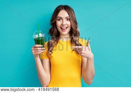 Pretty Woman Point To Green Detox Vegetable Smoothie