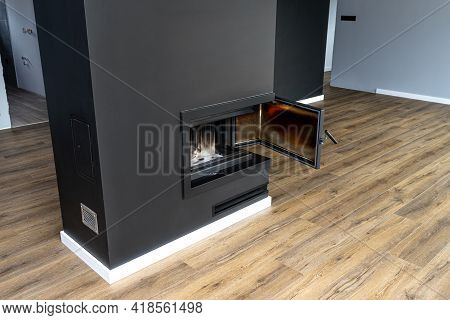 Open, Dirty Corner Pane In A Modern Fireplace With A Closed Combustion Chamber Standing In The Livin