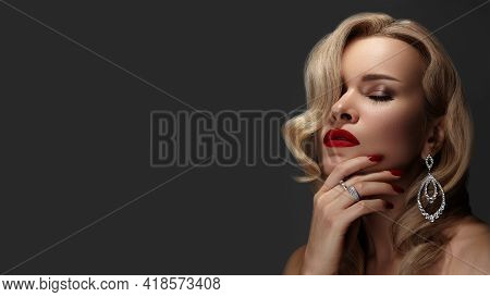 Beautiful Woman With Fashion Make-up And Blond Wave Hairstyle. Glamour American Diva Style With Bril