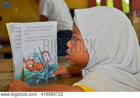 Keningau,sabah,malaysia-apr 21,2015:malaysian School Children Student Reading Book Study In Classroo
