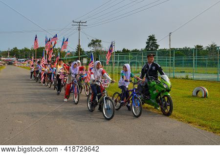 Keningau,sabah-sept 15,2015:cyclists All Age With Sabah And Malaysia Flag Ready For National Day Par