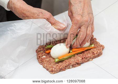 Stuffed meatloaf preparation : Rolling up the Egg and Vegetables stuffed meatloaf