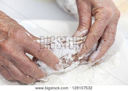 Cordon bleu preparation : Breading a cordon bleu - adding flour