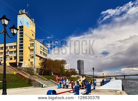 Saratov, Russia - 23 april 2016: The river station and the fragment of embankment in the city of Saratov. Unrecognizable people