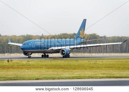 Boeing 777 Vietnam Airlines Taxiing