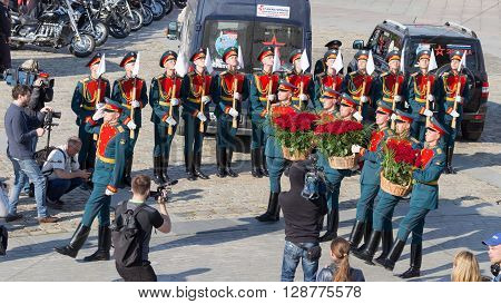 Moscow - May 6 2016: Soldiers 154 separate curfew Preobrazhensky regiment lay flowers red roses on Poklonnaya Hill May 6 2016 Moscow Russia