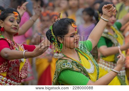 Kolkata , India - March 12, 2017: Young Girl Dancers , Dressed In Yellow And Red Coloured Sari (trad