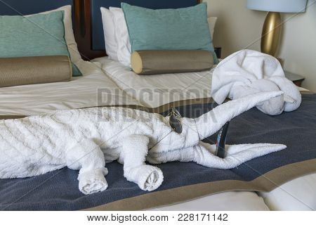 Fresh And Brightly Bedroom Suite With Towels Animal Designs