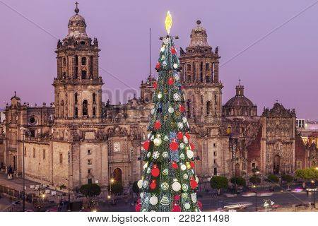 Christmas In Mexico City - Metropolitan Cathedral And Christmas Tree On Zocalo Square. Mexico City,