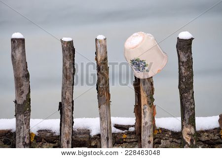 The Painted Mug Was The Adornment Of The Village Fences.