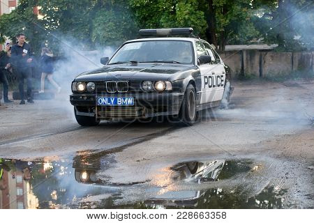 Police Car Bmw 5-series Burning Tires In Driftshow