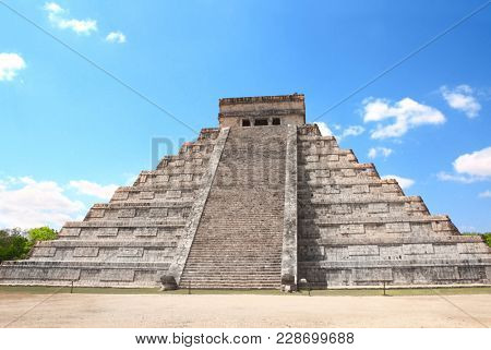 Ancient Mayan pyramid (Kukulcan Temple), Chichen Itza, Yucatan, Mexico. UNESCO world heritage site