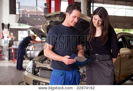 Um cliente de mecânico e mulher de homem discutir reparos feitos para seu veículo