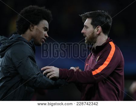 LONDON, ENGLAND - FEBRUARY 20:  Willian of Chelsea and Lionel Messi of Barcelona during the Champions League Round of 16 First Leg match between Chelsea FC and FC Barcelona