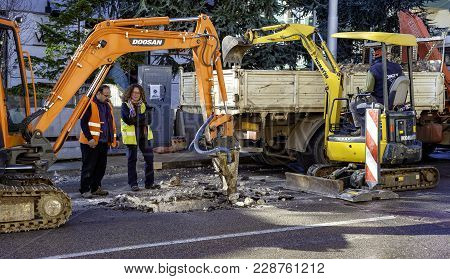 Putignano, Italy - January 20, 2016: Engineer And Archaeologist Supervise The Excavation Of Small Ex
