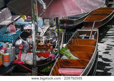 Bangkok Thailand - October 08: Merchant Is Cooking Noodle On The Rowboat At Former Times Floating Ma