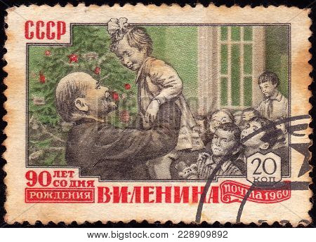 Ussr - Circa 1960: A Stamp Printed In The Ussr Shows Lenin, Children And Christmas Tree, Circa 1960
