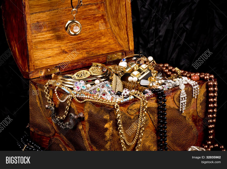 2fc07199a803 Joyas de oro de piedras preciosas apilan en una caja