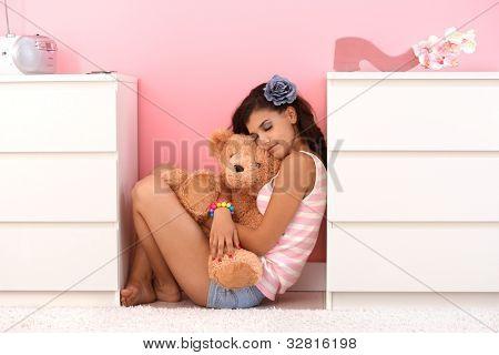 hübsches Mädchen knuddeln soft Toy-Bär mit Liebe.