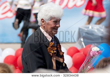 veteran of WWII with flowers