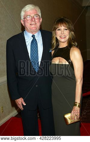LOS ANGELES - AUG 19: Phil Donahue and Marlo Thomas arrives for the 2nd Annual 'Runway For Life' Celebrity Fashion Show on August 19, 2003 in Beverly Hills, CA