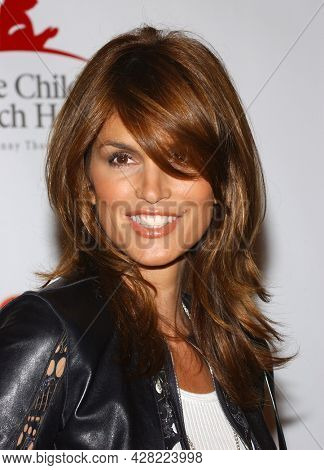 LOS ANGELES - AUG 19: Cindy Crawford arrives for the 2nd Annual 'Runway For Life' Celebrity Fashion Show on August 19, 2003 in Beverly Hills, CA