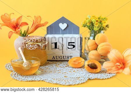 Calendar For August 15 : The Name Of The Month Of August In English, The Number 15, Flowers In Vases