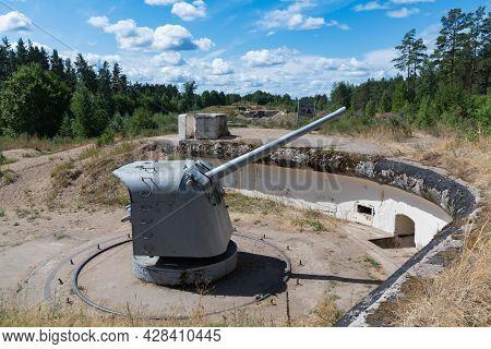 130 Mm / 50 Shipborne Artillery Mount Of The 1935 Model (b-13) In The Gun Yard. Fort
