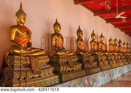 Bangkok, Thailand - Dec 28, 2018: Gallery With Seated Buddha Statues In The Courtyard Of Wat Pho (te