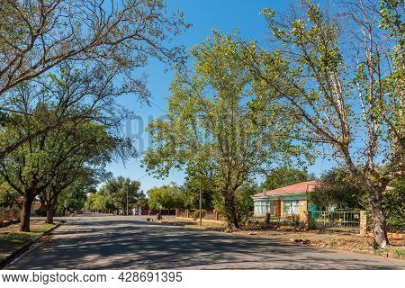 Aliwal North, South Africa - April 23, 2021: A Street Scene, With An Old House, In Aliwal North In T