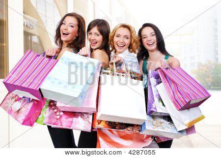 Grupo de gente feliz con bolsas de colores