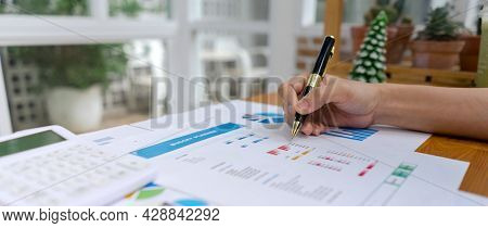 Accountant Woman Or Analysts Are Investigating The Budget Planning Of Company With Calculator, Stati