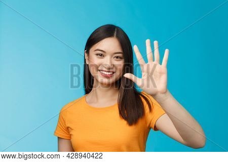 Close-up Good-looking Friendly Cheerful Asian Woman Raise Palm Show Number Five, Fifth, Smiling Joyf