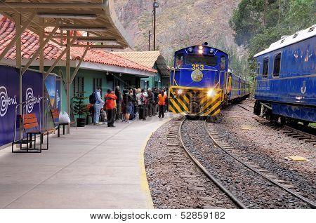 Train to Machu Picchu pueblo arrives to Ollantaytambo station.