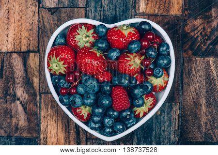 heerlijke ontbijt met vruchten salade op houten achtergrond