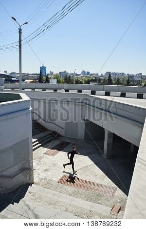 The athlete runs to the underpass in the city